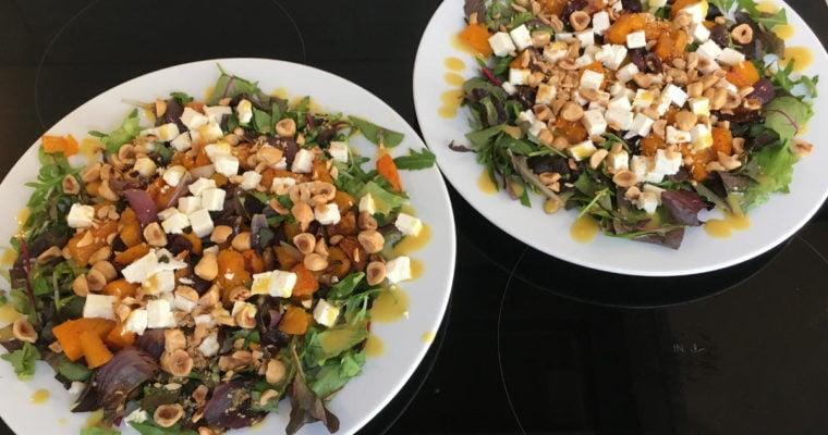 Lauwwarme salade met pompoen, hazelnoten en blauwe kaas